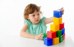 Kleines Mädchen mit Würfeln Stockfotografie
