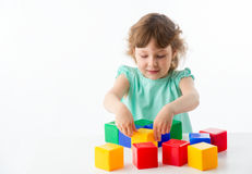 Kleines Mädchen mit Würfeln Stockbilder
