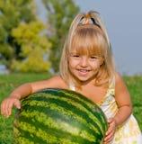 Kleines Mädchen mit Wassermelone Stockbild