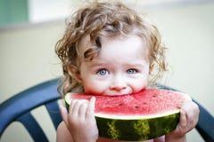 Kleines Mädchen mit Wassermelone Stockfotografie