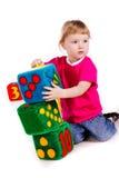 Kleines Mädchen mit Weicheblöcken als Kontrollturm Stockfoto
