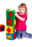Kleines Mädchen mit Weicheblöcken als Kontrollturm Stockfotografie