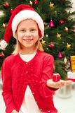 Kleines Mädchen mit Weihnachtsgeschenk Stockfotografie