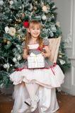Kleines Mädchen mit Weihnachtsgeschenk innen Stockfotografie