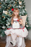 Kleines Mädchen mit Weihnachtsgeschenk Lächeln Lizenzfreie Stockbilder