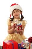 Kleines Mädchen mit Weihnachtsgeschenkkasten Stockbilder