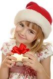 Kleines Mädchen mit Weihnachtshut und -geschenk Lizenzfreie Stockfotografie