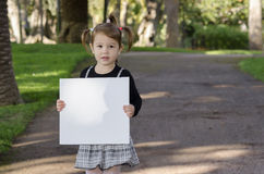 Kleines Mädchen mit whiteboard Lizenzfreie Stockfotos