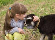 Kleines Mädchen mit Ziege Stockbilder
