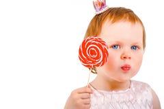 Kleines Mädchen mit Zuckerstange lizenzfreie stockfotos