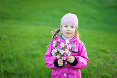 Kleines Mädchen mit Zweig der Blumen Stockbild