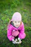 Kleines Mädchen mit Zweig der Blumen Stockbilder