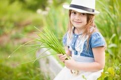 Kleines Mädchen mit Zwiebel Stockbilder