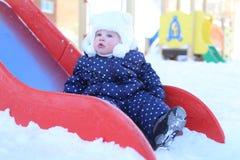 Kleines Mädchen 11 Monate in der warmen Kleidung im Freien im Winter Lizenzfreie Stockfotos
