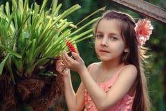 Kleines Mädchen nahe Blume Stockfotografie