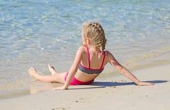 Kleines Mädchen nahe dem Ozean. stockfotografie