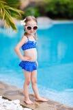 Kleines Mädchen nahe Swimmingpool Stockfoto