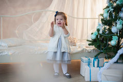 Kleines Mädchen nahe Weihnachtsbaum mit Geschenken freut sich Feiertag, neues Jahr, Dekorationen, Geschenk, Kasten, Feiertag, Leb Stockbilder