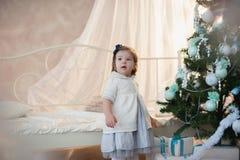 Kleines Mädchen nahe Weihnachtsbaum mit Geschenken freut sich Feiertag, neues Jahr, Dekorationen, Geschenk, Kasten, Feiertag, Leb Lizenzfreies Stockfoto