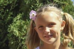 Kleines Mädchen, Porträt mit Blume Stockfoto