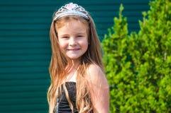 Kleines Mädchen, Prinzessin, im Park, Glück, Schönheit, Porträt, grünes Gras, Sommer Stockfoto