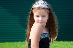 Kleines Mädchen, Prinzessin, im Park, nachdenklich, ernst, Schönheit, Porträt, grünes Gras, Sommer Stockfotografie
