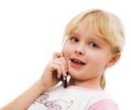Kleines Mädchen sagt auf einem Handy Lizenzfreie Stockfotos