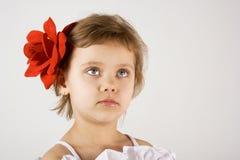 Kleines Mädchen schauen oben stockfotos