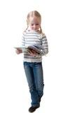 Kleines Mädchen schaut im Buch Stockfotografie