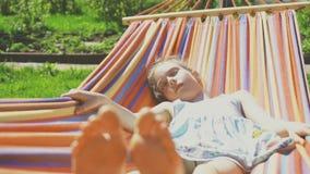 Kleines Mädchen schläft stock footage
