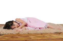 Kleines Mädchen schlafend auf pelzartiger brauner Wolldecke Lizenzfreies Stockfoto