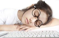 Kleines Mädchen schlafend vor dem Computer Lizenzfreies Stockbild