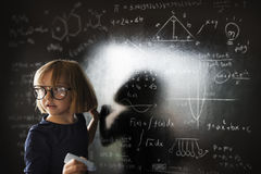 Kleines Mädchen-Schreibens-Tafel-Konzept stockbilder