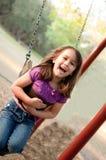 Kleines Mädchen-Schwingen lizenzfreies stockbild