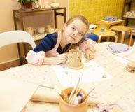 Kleines Mädchen sculpts Lizenzfreie Stockbilder
