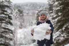 Kleines Mädchen sculpts Schneemann im Winter Park Stockbild