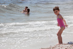 Kleines Mädchen am Seeufer Lizenzfreies Stockbild
