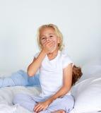 Kleines Mädchen sehr müde im Bett Lizenzfreies Stockbild