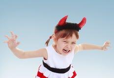 Kleines Mädchen setzte an ein Spielzeughorn lizenzfreie stockbilder