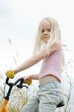 Kleines Mädchen sitzt auf Fahrrad Lizenzfreies Stockfoto