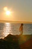Kleines Mädchen am Sonnenuntergang Stockfoto