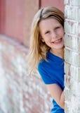 Kleines Mädchen-Spähen Stockfoto