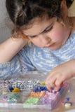 Kleines Mädchen-Spiele mit Kornen Stockbilder