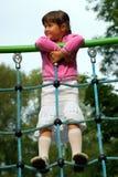 Kleines Mädchen am Spielplatz lizenzfreie stockbilder