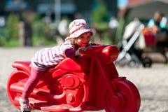 Kleines Mädchen am Spielplatz Lizenzfreies Stockfoto