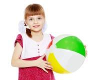 Kleines Mädchen spielt mit einem Ball Stockfotografie