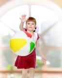 Kleines Mädchen spielt mit einem Ball Stockbilder