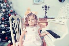 Kleines Mädchen spielt Musik auf dem Klavier Stockfoto