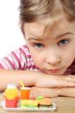 Kleines Mädchen, Spielzeugpommes-frites, Kolabaum und Hamburger stockfotos