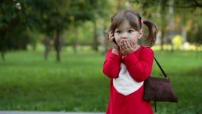 Kleines Mädchen sprechen am Telefon stock video footage